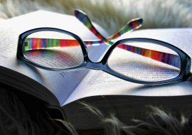otvorena kniha a okuliare