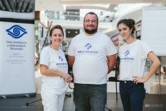 Pracovníci Únie nevidiacich v tričkách Biela pastelka