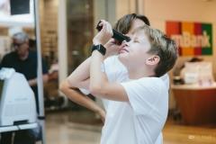 Chlapec sa pozerá cez teleskop