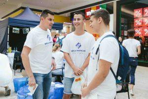Dobrovoľníci v družnej debate s jedným z moderátorov – Dodom Kuriľákom